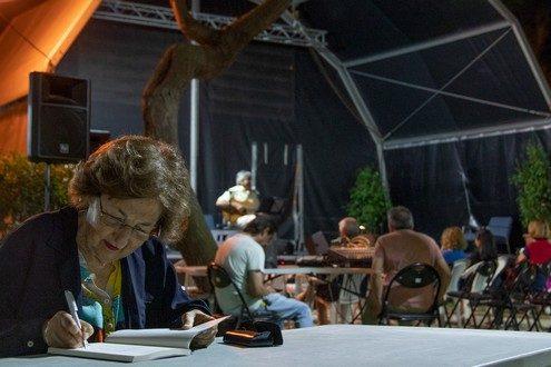 Centenas de pessoas visitam diariamente a Feira do Livro de Olhão